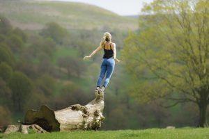 Frau beim Durchatmen in meditativer Balance