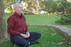 Mann im Yogasitz bei der Meditation