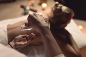Frau bei einer Ayurveda Massage mit Öl