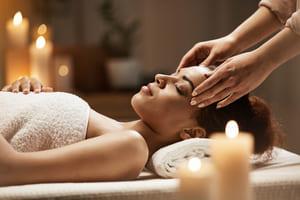 Frau bekommt eine ayurvedische Kopfmassage