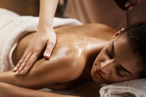 Frau bekommt eine ayurvedische Rückenmassage