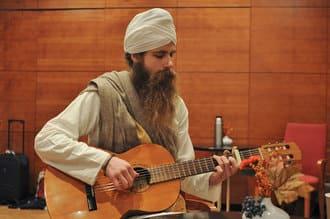 paramjeet singh mit gitarre