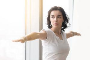 frau in kundalini yoga kriegerhaltung