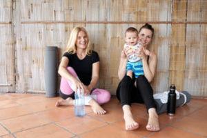 zwei lachende Mütter mit Baby nach dem Yoga