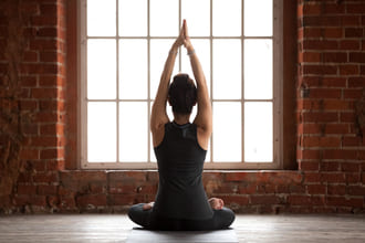 Rücken Ansicht von Mann in Yogahaltung