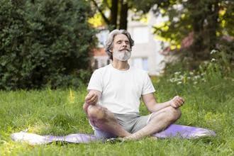 Mann mit Bart in Meditationshaltung